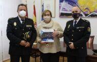 La Policía Nacional entrega al Gobierno regional un ejemplar del libro con motivo del 40 aniversario de la incorporación de la mujer al Cuerpo