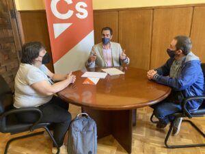 Comendador escucha las demandas de la nueva plataforma Movimiento para la Discapacidad, que lucha contra la discriminación del colectivo