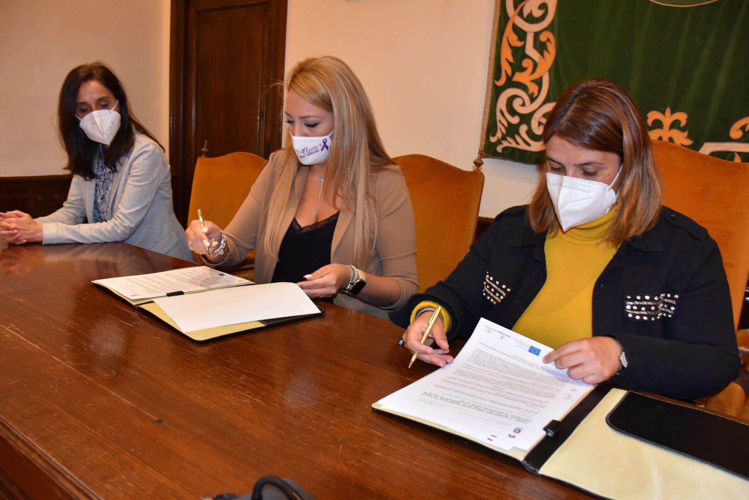 El equipo de Gobierno suscribe un convenio con la Asociación Talaverana para seguir luchando de manera coordinada contra los malos tratos