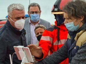 Doce operarios y 18 bomberos de la Diputación trabajan para devolver la normalidad a El Casar