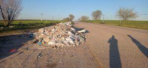 El PSOE de Quismondo denuncia que el alcalde del PP se niega a quitar los escombros acumulados en el acceso de la localidad