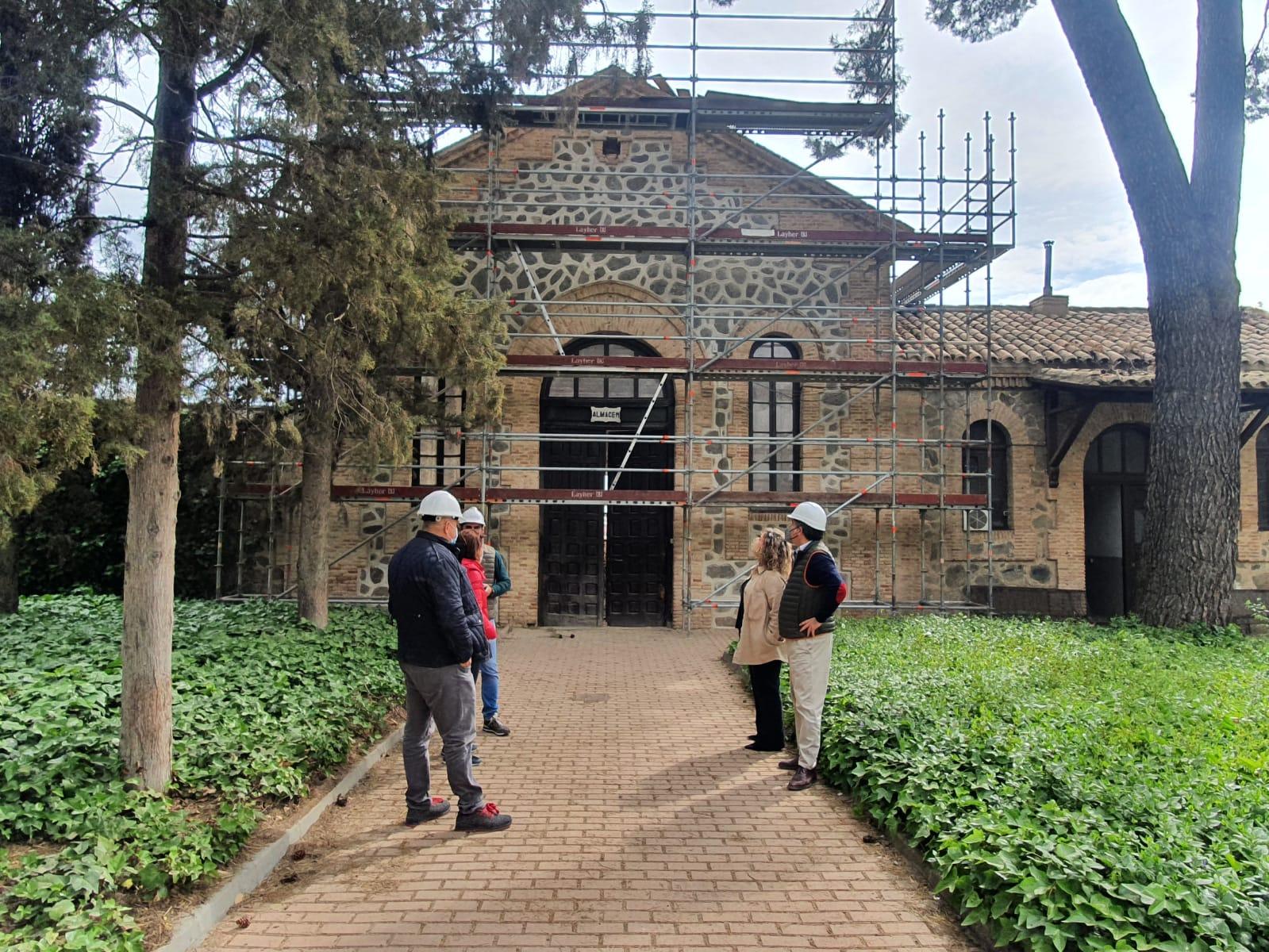 Avanza la rehabilitación del almacén del Cementerio Municipal con el saneamiento de la cubierta y la restauración de la fachada