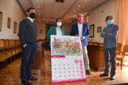 Tita García Élez recibe el calendario 2021 de Soliss Seguros en el que Talavera es la gran protagonista del mes de mayo
