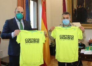 """Espinosa recibe la camiseta de la """"Carrera Solidaria de Eurocaja Rural"""""""