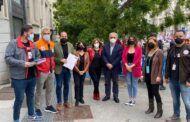 Los diputados nacionales del PSOE, Miguel González y Cristina López, reciben a los trabajadores de STR en la concentración por el ERTE de REPSOL