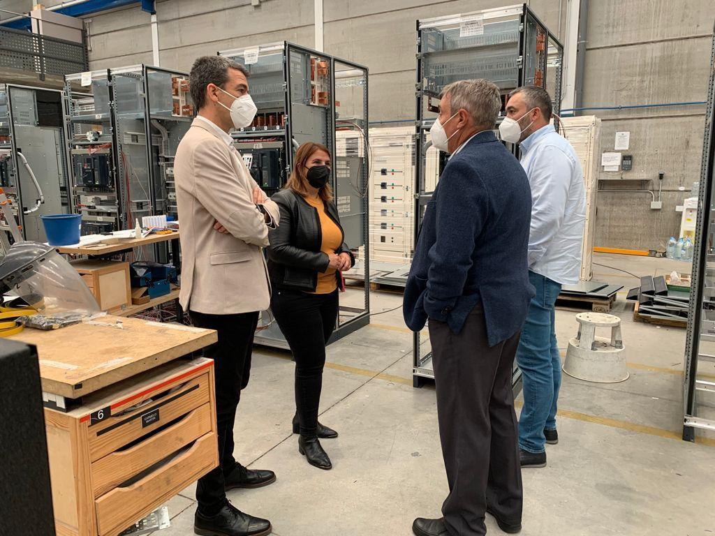 La alcaldesa visita una de las empresas talaveranas encargadas de la sustitución de LED donde ultiman la puesta a punto de los sistemas de telegestión