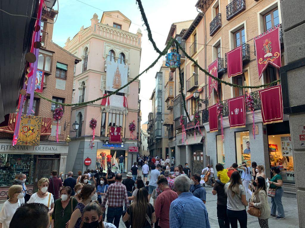 La alcaldesa realiza el recorrido de los espacios florales que engalanan la ciudad con motivo de la celebración del Corpus