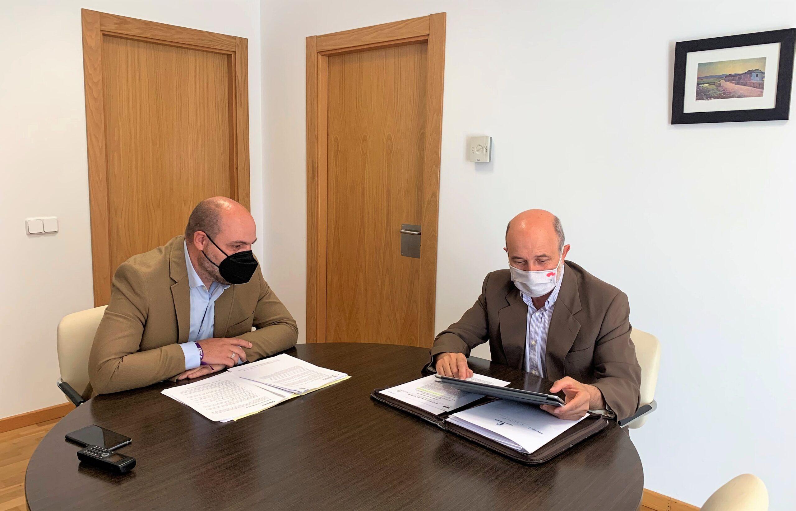 José Luis Cabezas informa al alcalde de Alcolea de Calatrava sobre el nuevo Plan de Empleo patrocinado por el Gobierno de Castilla-La Mancha
