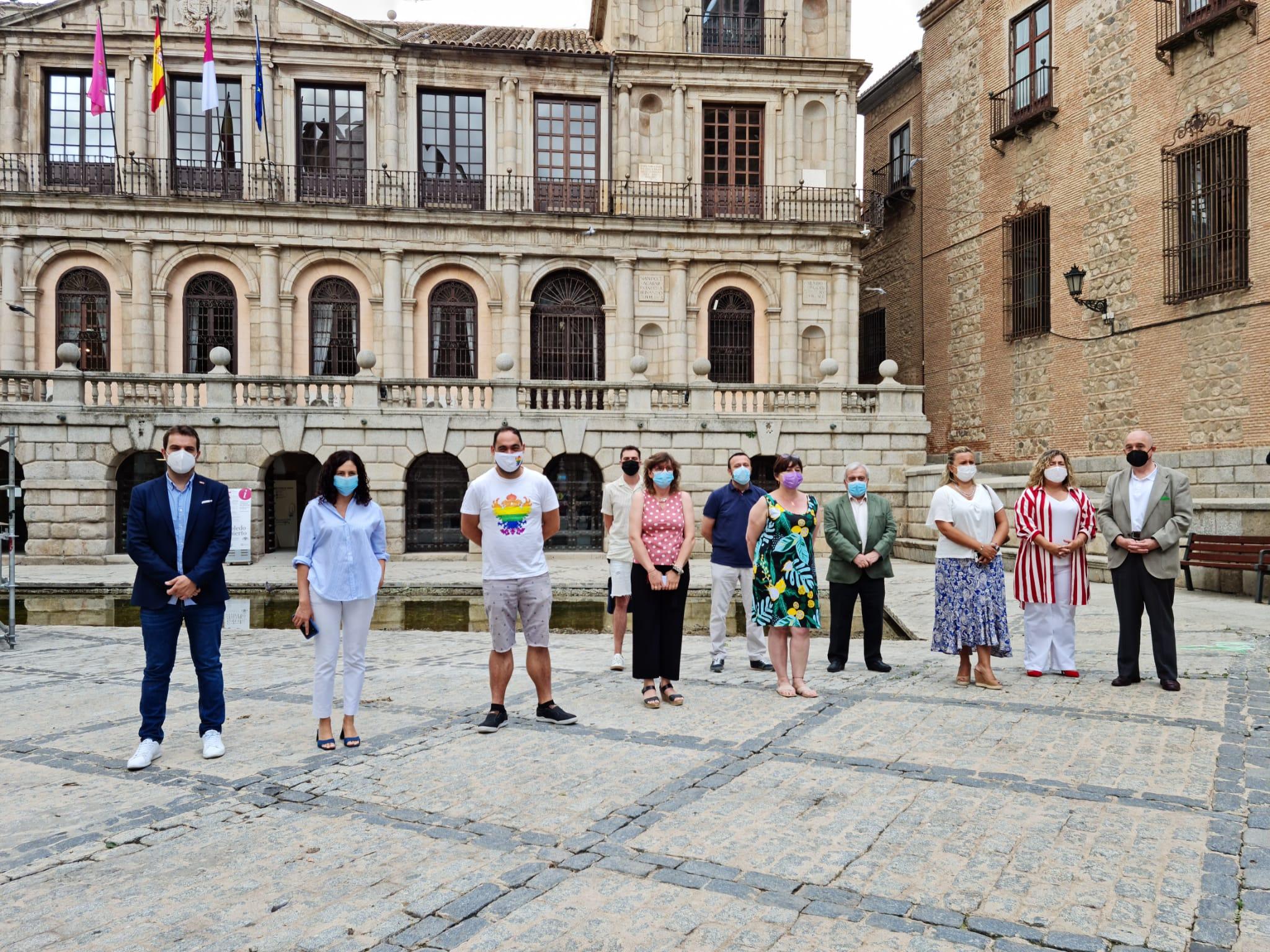 El PSOE apoya la concentración en la plaza del Ayuntamiento en denuncia a la agresión al colectivo LGTBI del PP y Vox en el Pleno