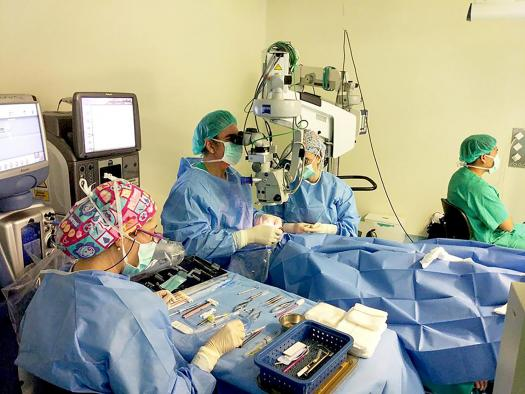 El Hospital Mancha Centro empieza a implantar lentes intraoculares con visión intermedia a pacientes con cataratas