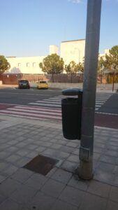 El Ayuntamiento instala una treintena de papeleras en la zona de Aguas Vivas y entorno de los nuevos juzgados