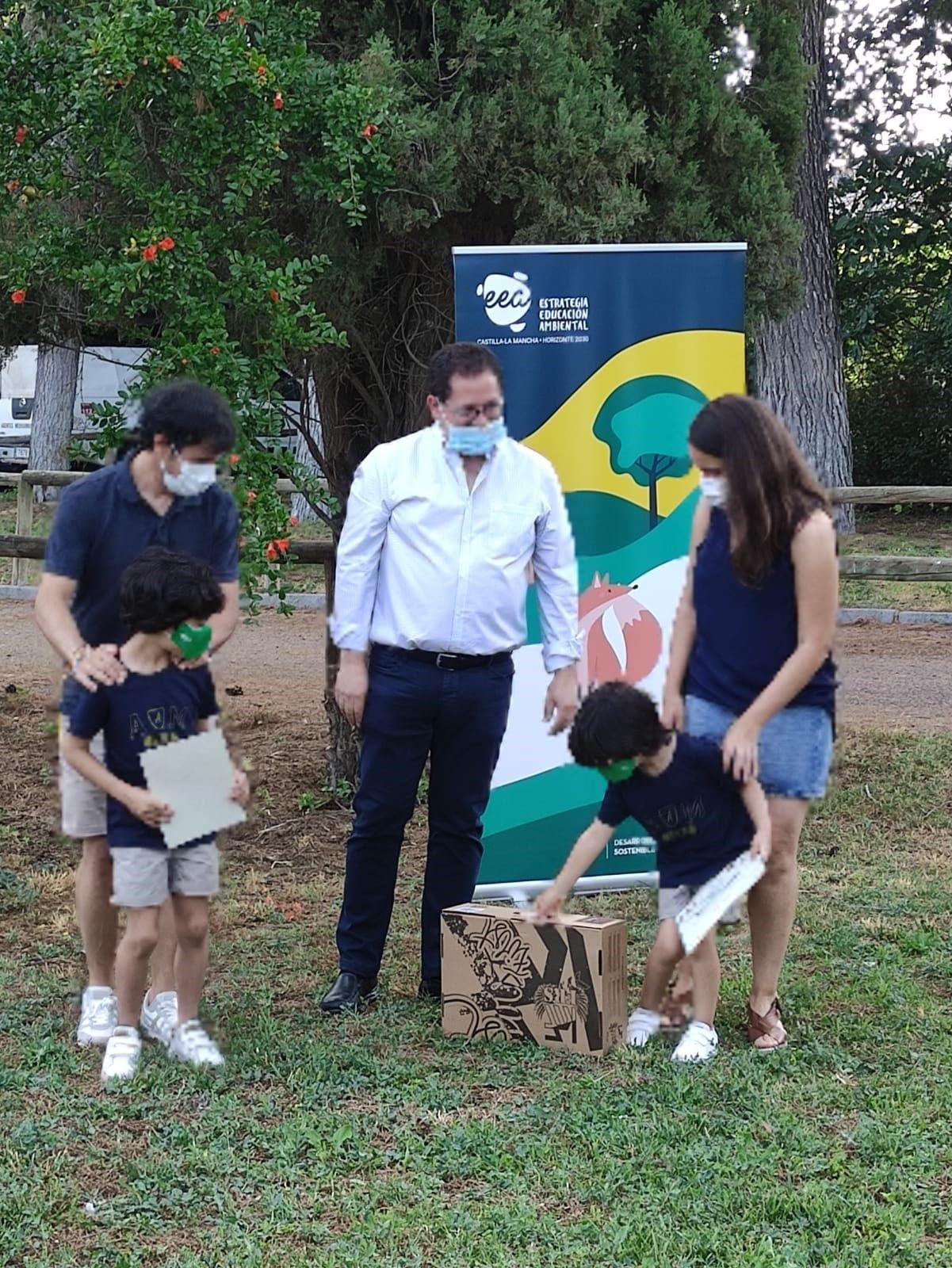 """El Gobierno regional entrega dos premios del concurso """"Familias que se mueven por el medio ambiente"""" a dos niños toledanos, de Argés y de Sonseca"""