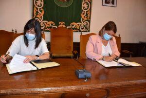La alcaldesa de Talavera firma el contrato para iniciar las obras del plan de asfaltado y pasos de peatones en la segunda quincena de julio