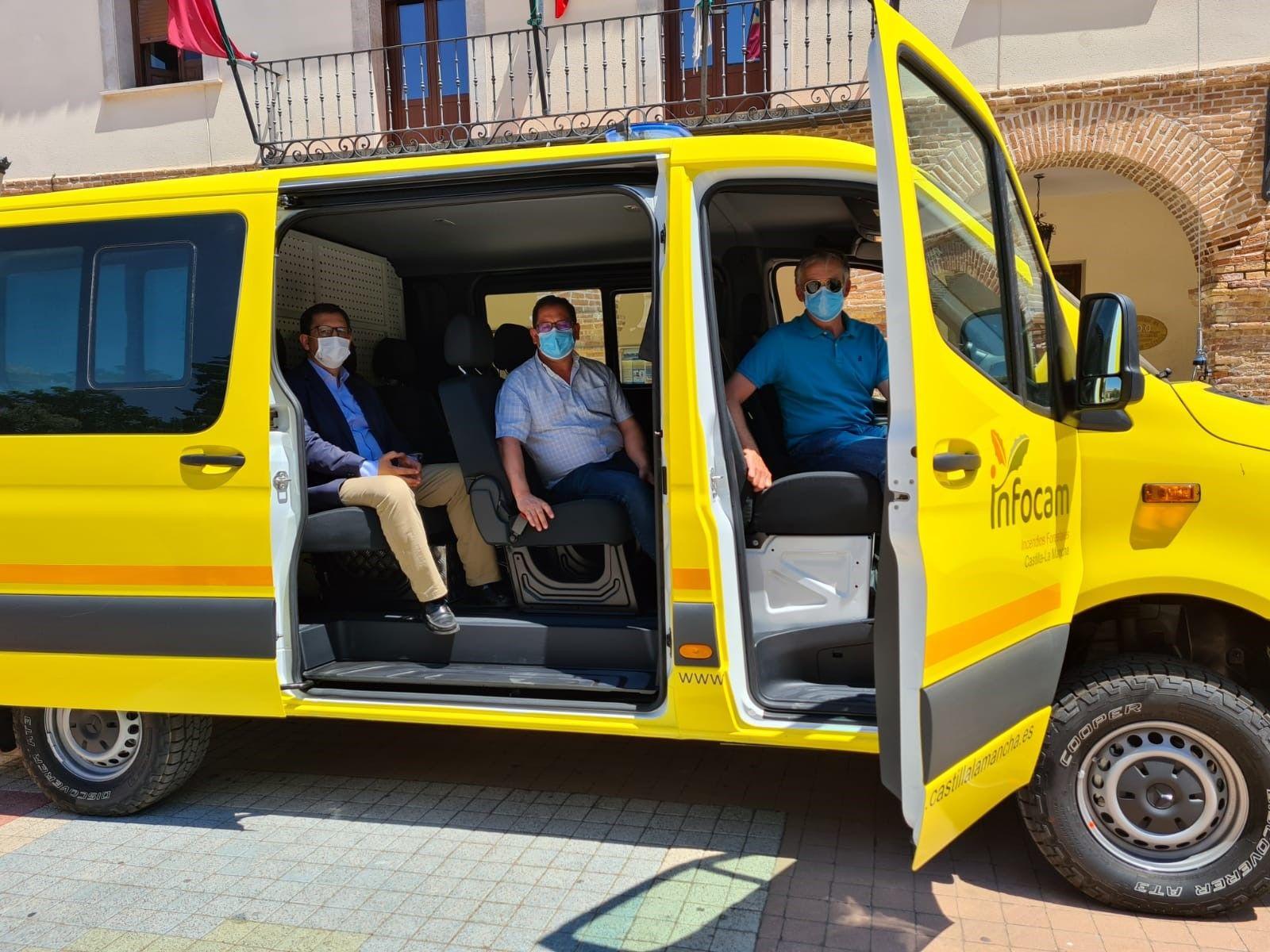 El Gobierno regional entrega una de las nuevas furgonetas para la campaña de prevención y extinción de incendios forestales al retén de Madridejos