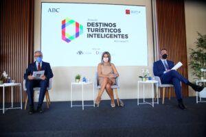 La alcaldesa aborda la proyección de Toledo como destino turístico inteligente y la apuesta por nuevos itinerarios turísticos