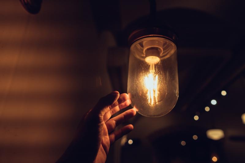 El precio de la luz sube sin freno y marcará este martes nuevo récord a 130,53 euros