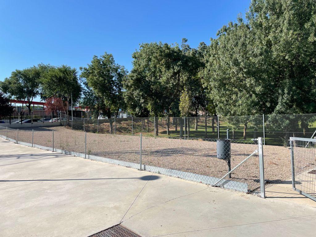 El Ayuntamiento invertirá 447.700 euros en la construcción de una zona de vestuarios y en techar las gradas del campo de fútbol 11 de 'Fuente de la Niña'