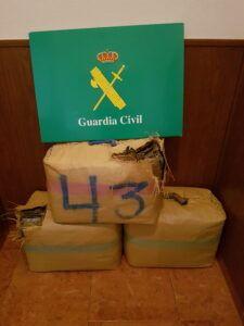 La Guardia Civil detiene a una persona en la A-4 con más de 101 kilos de hachís