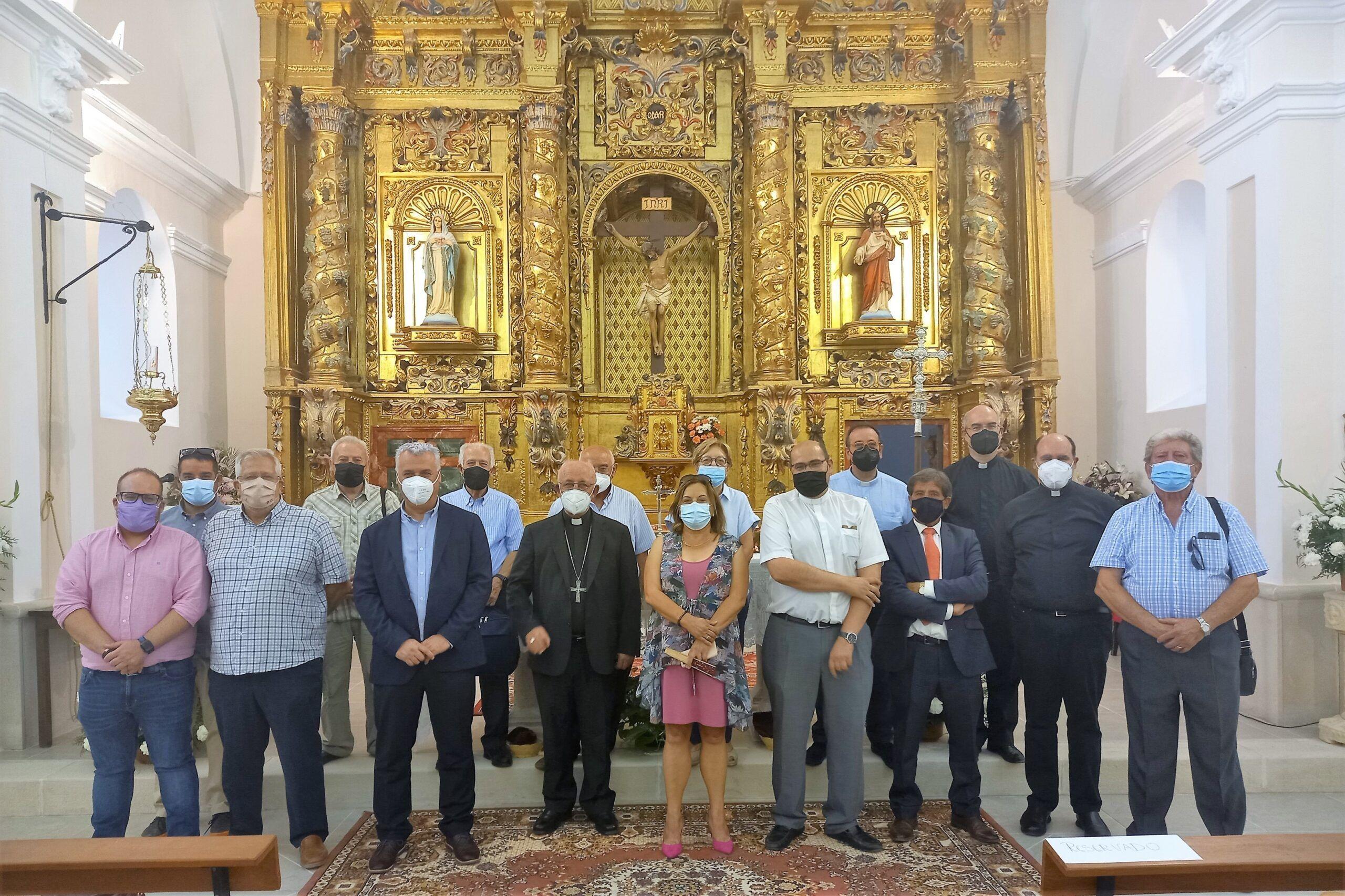 La remozada iglesia de Canredondo recibe la visita de Vega y el obispo