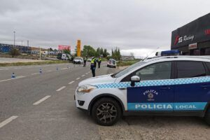 Policía Local y Bomberos desalojan un edificio de viviendas tras una explosión de gas en un local