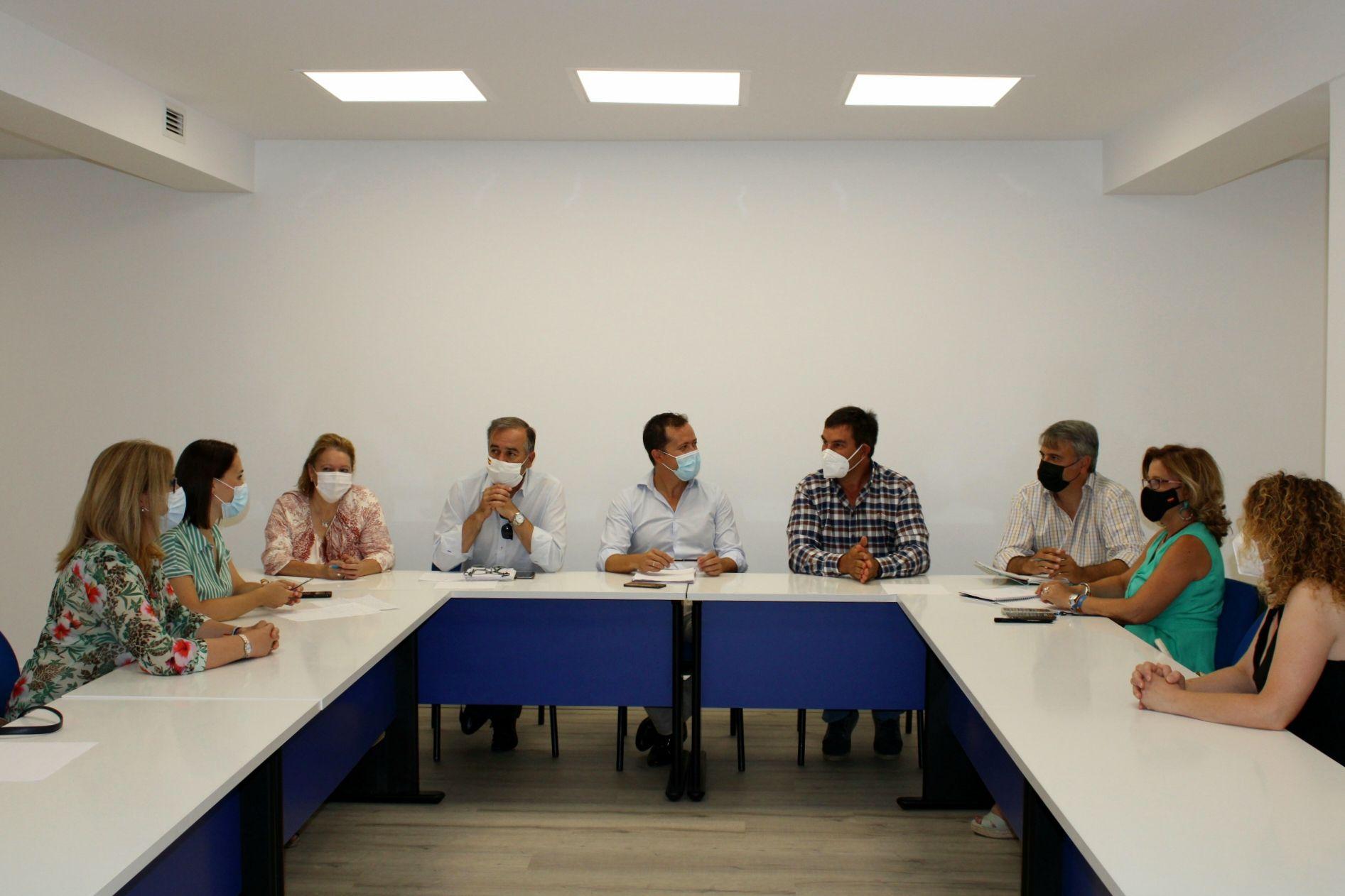 """Velázquez pide a los Gobiernos del PSOE que dejen de """"engañar, atacar y denostar"""" al sector ganadero"""
