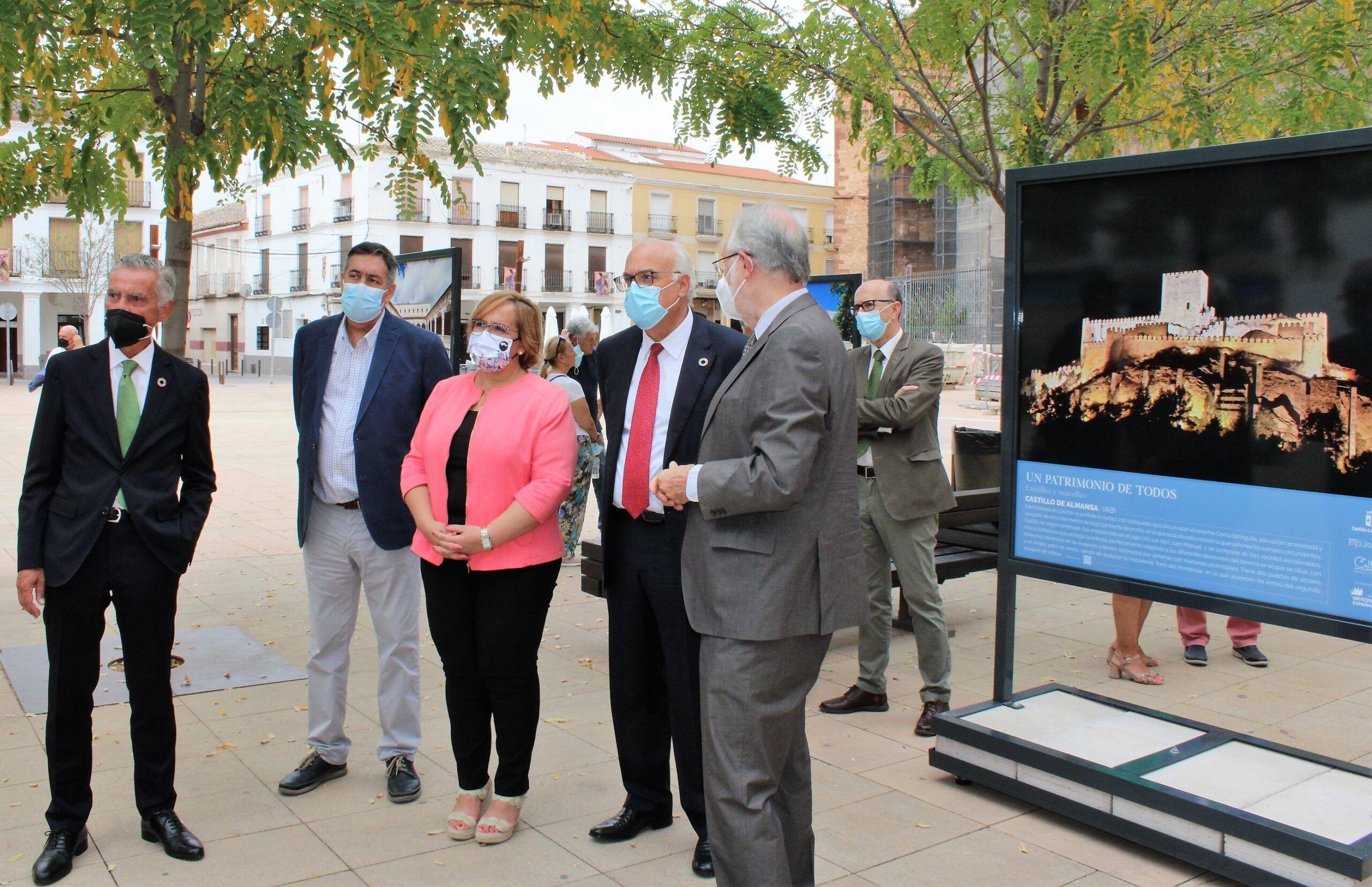 """El Gobierno de Castilla-La Mancha trae a la plaza de la Constitución de Manzanares la exposición fotográfica""""Un patrimonio de todos"""""""