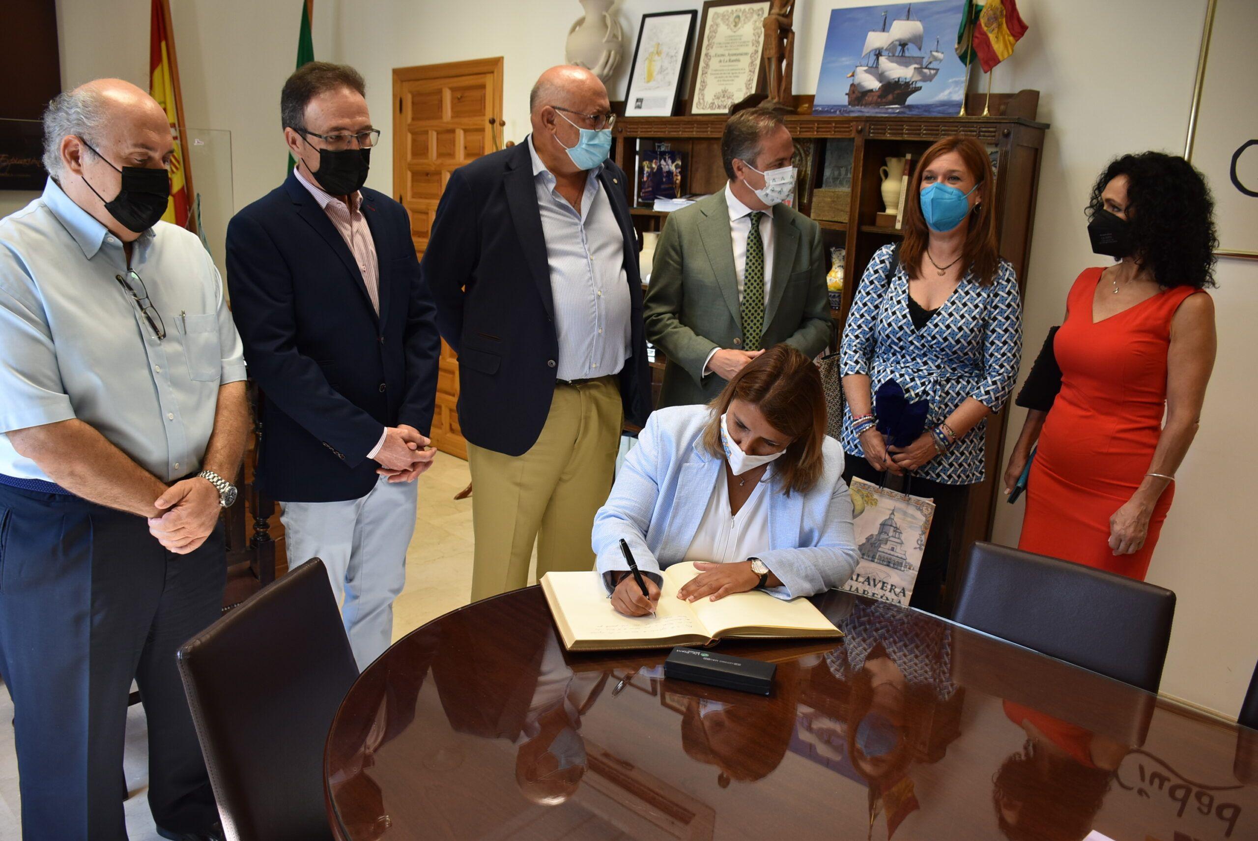 Tita García Élez saca la cerámica fuera de Talavera para potenciar su identidad y fortalecer vínculos 'hermanos' de la mano del sector artesano